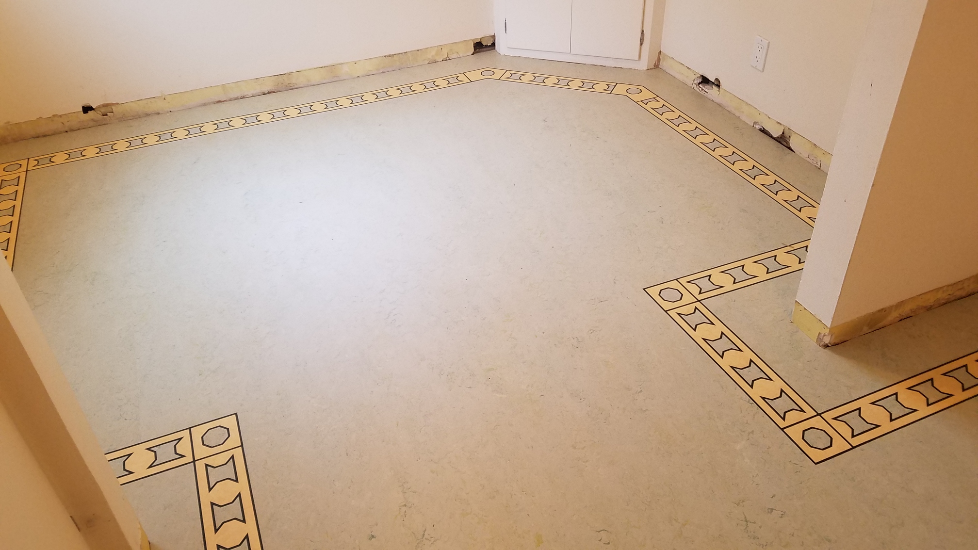 Custom border feature on linoleum floor